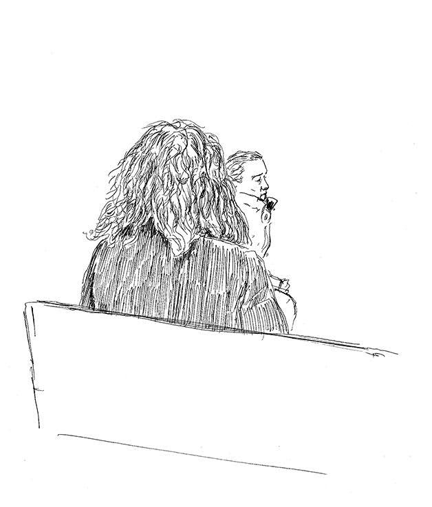 Gwénaëlle, assise, devant le tribunal correctionnel de Rennes. A sa droite, son mari. (Illustration: Pierre Budet)